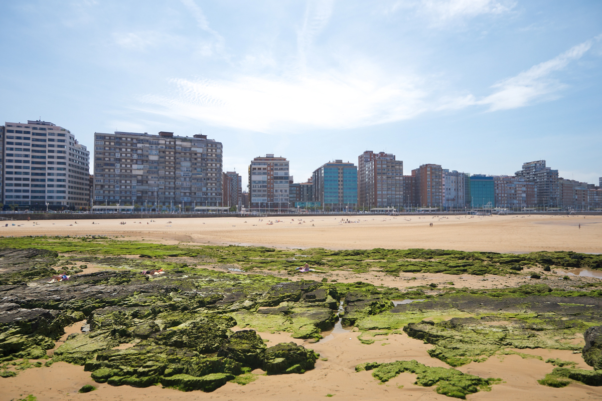 Imagen de la playa de San Lorenzo en Gijón